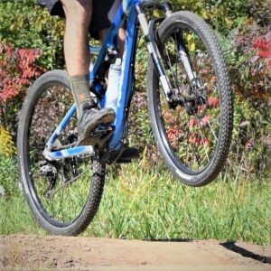 If you want to be more efficient on your bicycle, few things are as effective as the combination of clipless pedals and cycling shoes. Additionally, clipless pedals add to overall bike comfort.