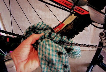 Cleaning your bike chain with a rag