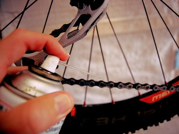 Clean-4_apply_degreaser_to_bicycle_chain