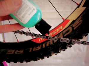 Clean-5_apply_lubrication_to_bicycle_chain